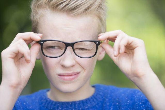 Ребенок часто моргает глазами: диагностика причин тиков